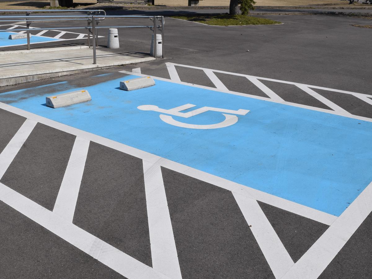 車椅子マーク駐車場