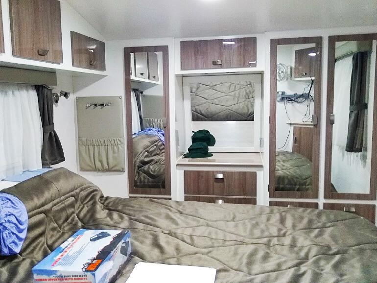 キャンピングトレーラー内装寝室
