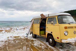 海沿いに止めているキャンピングカー