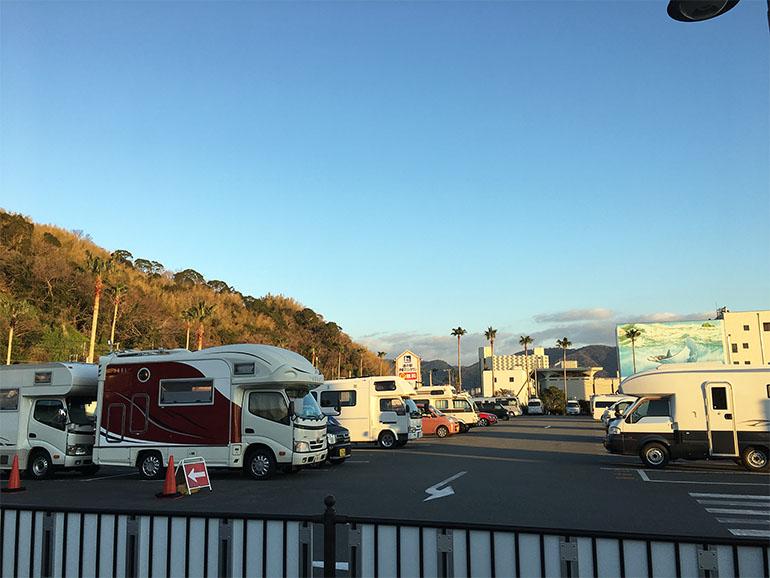 伊東マリンタウンのキャンピングカーが並んだ駐車場