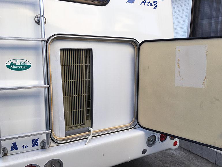 リアハッチに取り付けられたエアコンの室外機