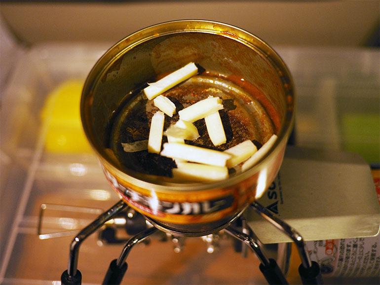 チータラを空き缶で温める