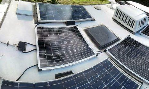 トレーラの屋根にぎっしり設置されたソーラーパネル