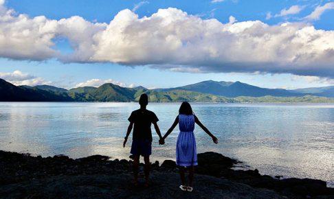 湖の前で立つ夫婦