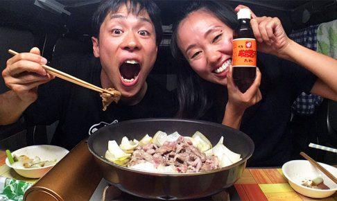 車内で料理する夫婦