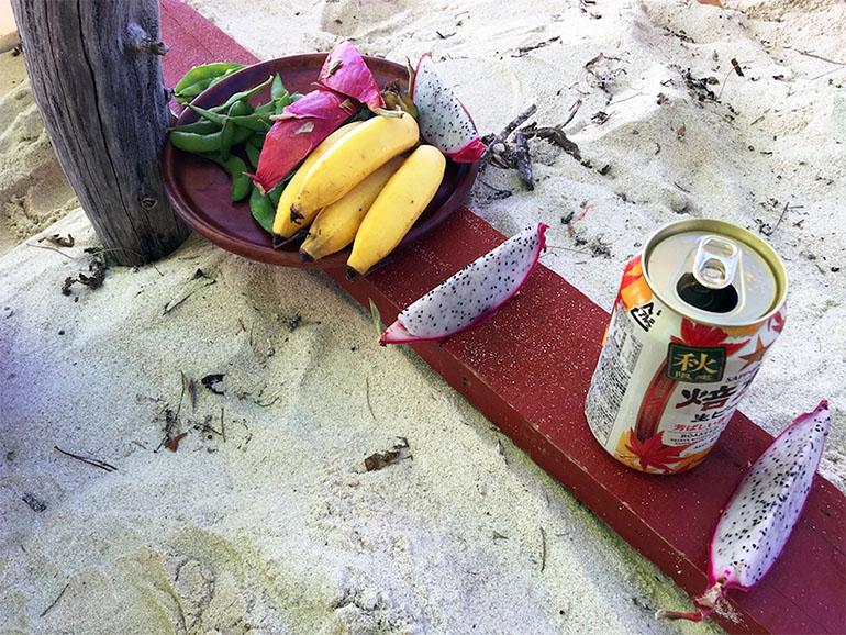 板の上に置かれた果物